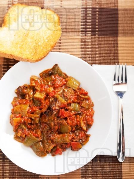 Пържени чушки с бамя в доматен сос - снимка на рецептата
